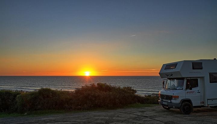 Sonnenuntergang im Meer, nach einem wolkenlosen Tag