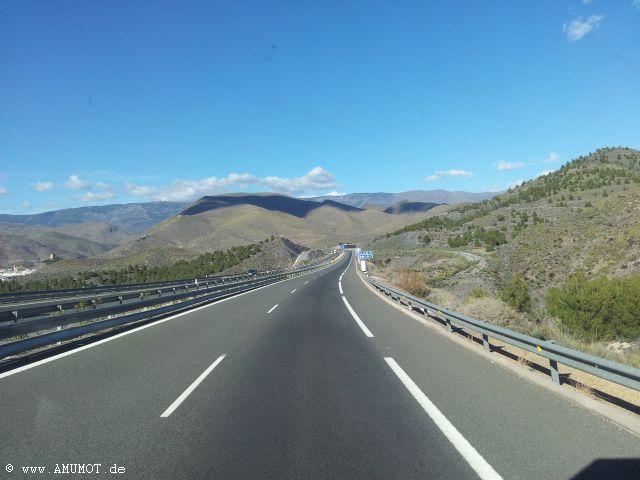 spanische autobahn in den bergen