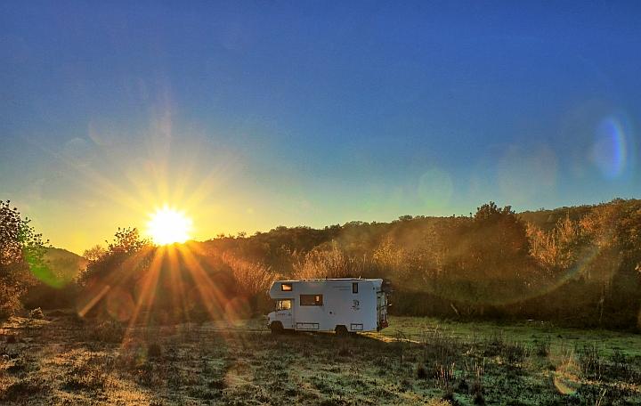 Bambusbach mit Sonnenaufgang