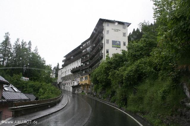 Steile strasse mit hotel