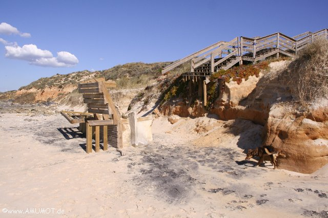 Treppe vom Meer unterspült