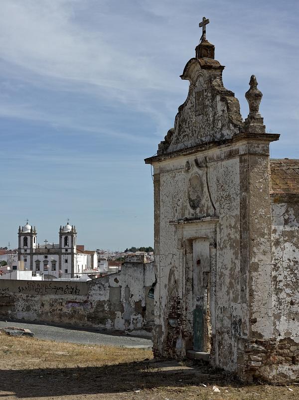Ruine mit Kirche im Hintergrund