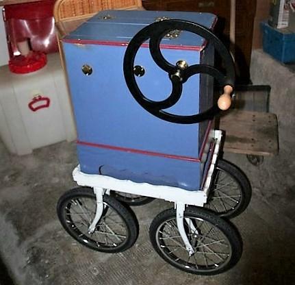 Drehorgel mit Wagen und Handrad