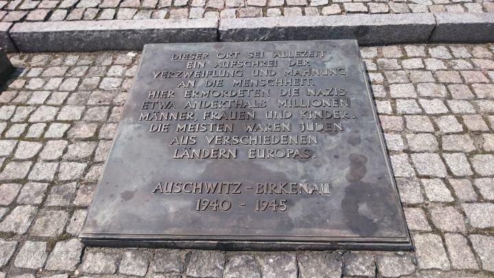 Gedenkstein in Birkenau