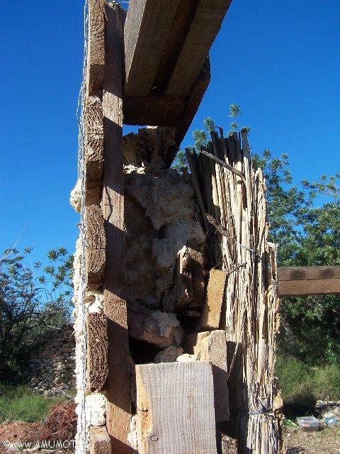 Wände aus Lehm und Paletten