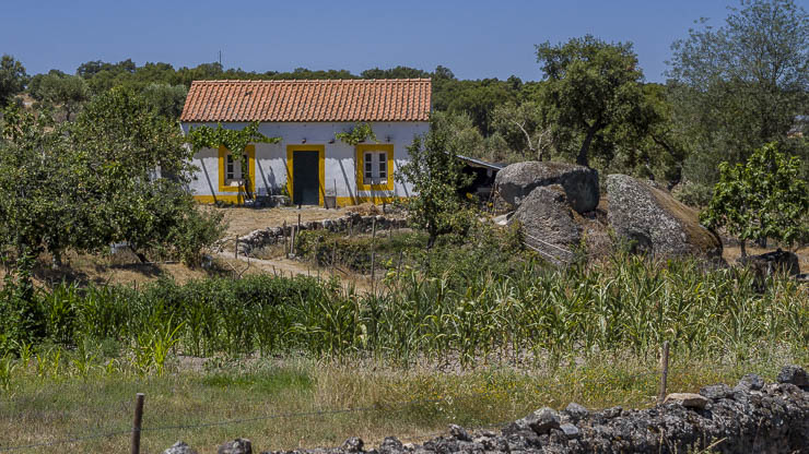 Haus mit Felsen in Portugal