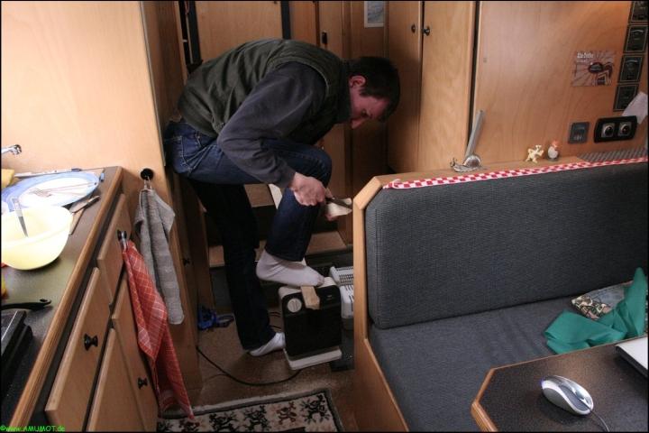 Im Wohnmobil Holz sägen