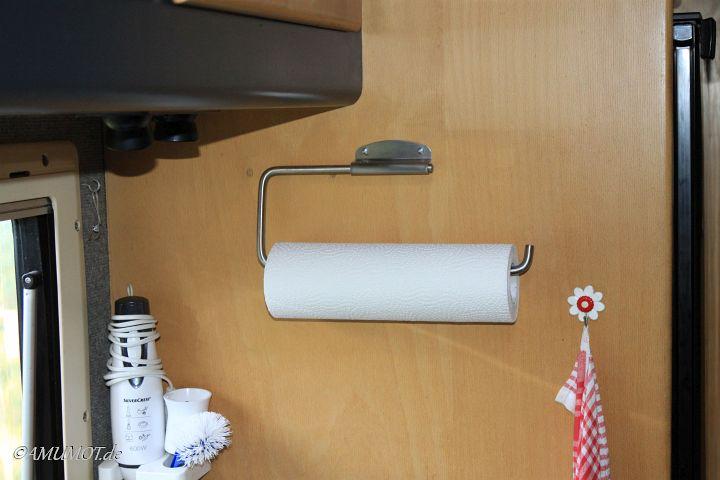 Küchenrollenhalter wurde vom Tisch an die Wand verbannt.