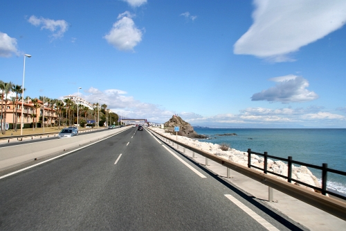 autobahn direkt am Meer in Spanien