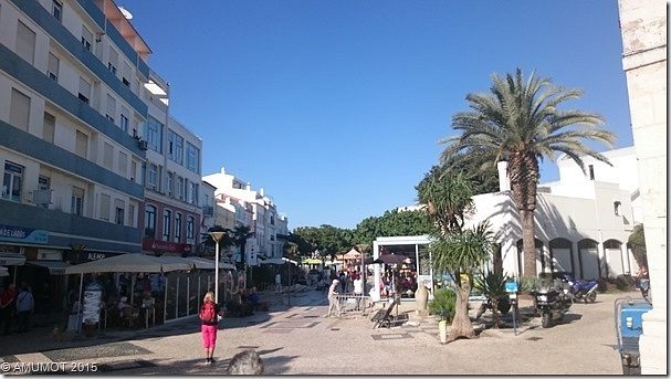 Zentrum mit kleinen Läden und Cafés