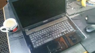 Laptop im Auto laden mit dem universal 12V Netzteil