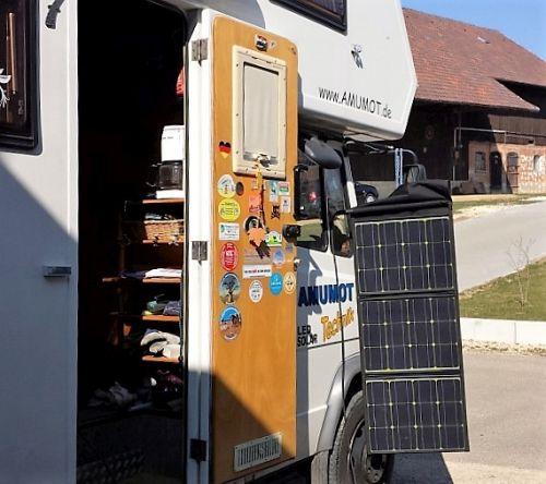 mobils solarpanel aufgehängt