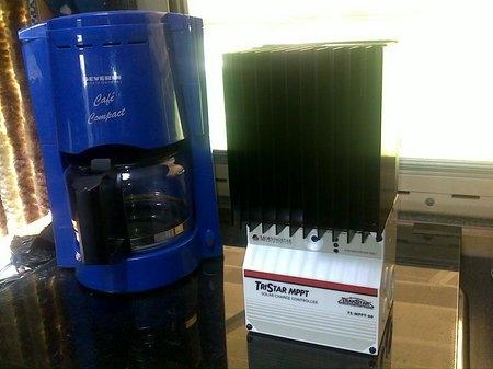 solarregler neben kaffeemaschine