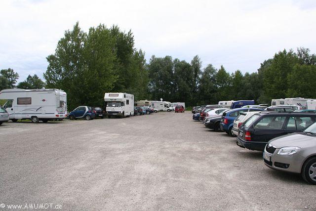 viele pkw auf dem parkplatz