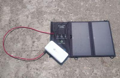 Solarzelle lädt Powerbank