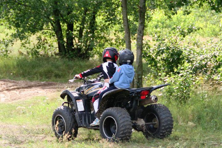 Selbst Kinder fahren hier mit dem Quad in polen