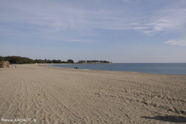 viel Sand mit Meer
