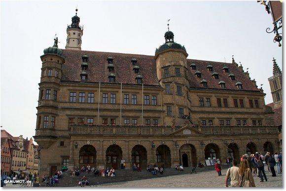 Das Rathaus und Marktplatz.