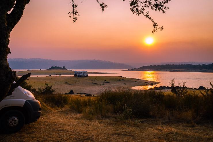 Rauchiger Sonnenuntergang am See