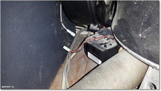 Die Kabel vom Motor ausstecken.