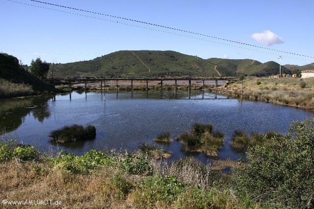 Fluss mit Brücke