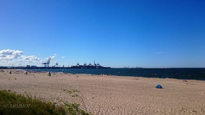 Campingplatz Strand mit Blick auf den Containerhafen von Danzig