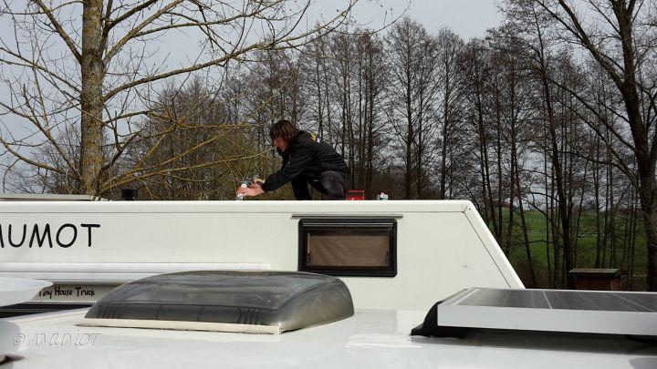 Montage der Solarzellen auf dem Wohnmobil