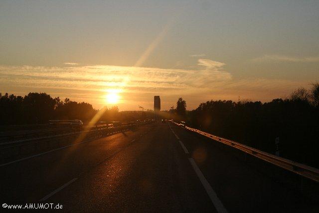 autobahn in spanien mit sonnenuntergang