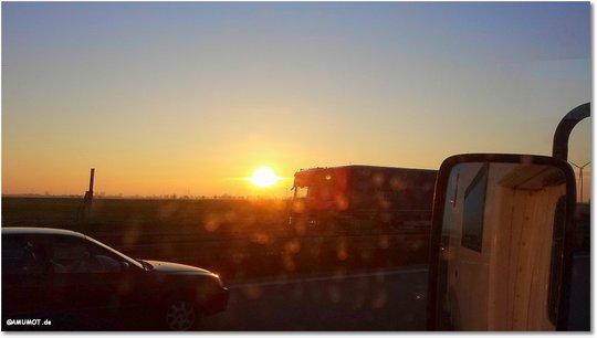 Die Sonne steht schon sehr tief, noch 100 km.