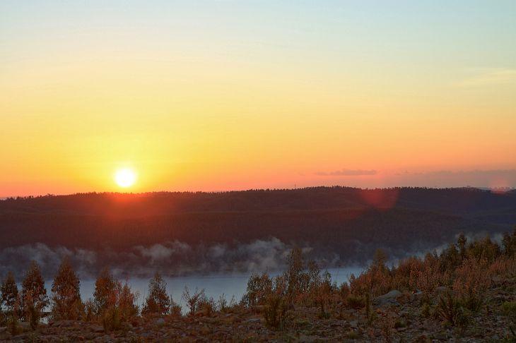 Sonnenaufgang über dem Stausee