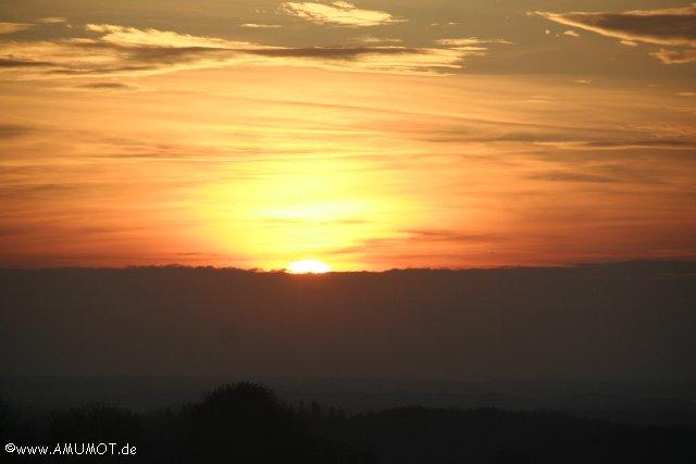 frankreich sonnenuntergang auf der landstrasse