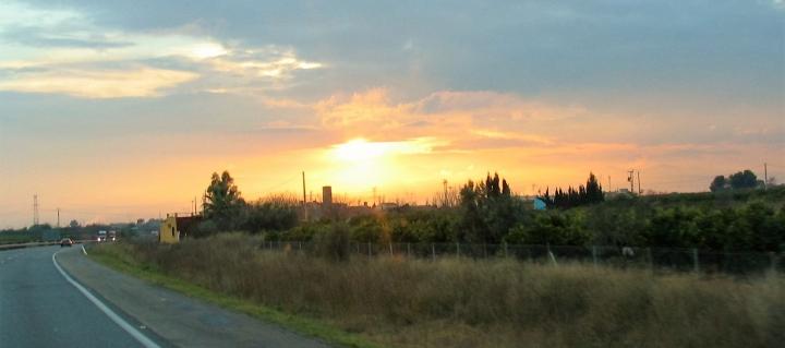 Spanische Autobahn mit Sonnenuntergang