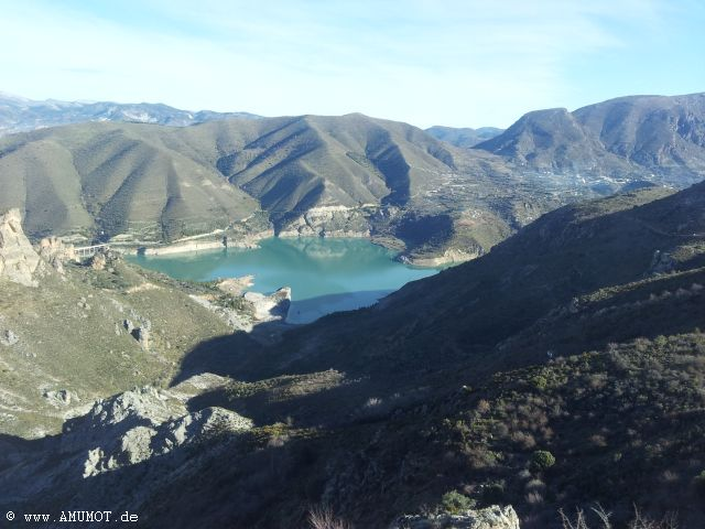 stausee in den bergen spaniens