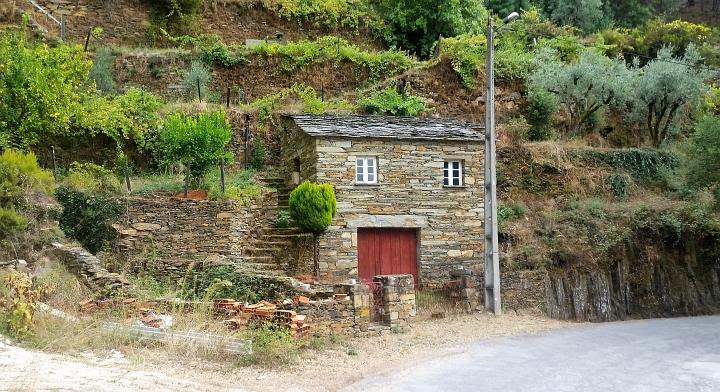 Schönes Steinhaus in den Hang gebaut