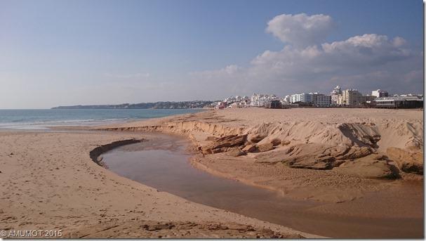 Strand mit kleinem Bach