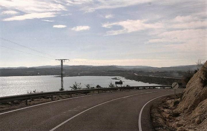 Straße an See