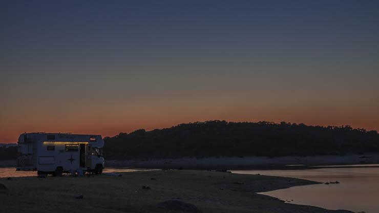 sonnenuntergang am See mit Wohnmobil