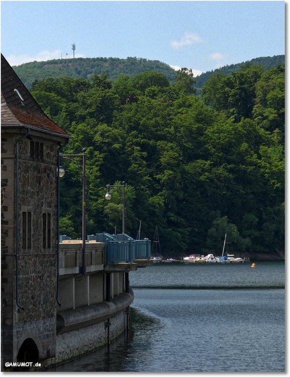 Oben auf dem Berg sieht man den Funkturm, der direkt am Speichersee steht.