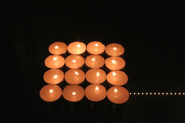 16 Teelichter dienen als Testvorlage