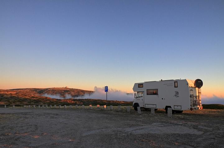 Abendstimmung mit wolken und wohnmobil serra erstrela portugal