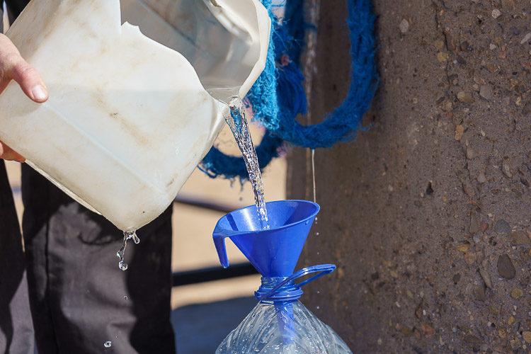 Wasser aus Brunnen in der Wüste