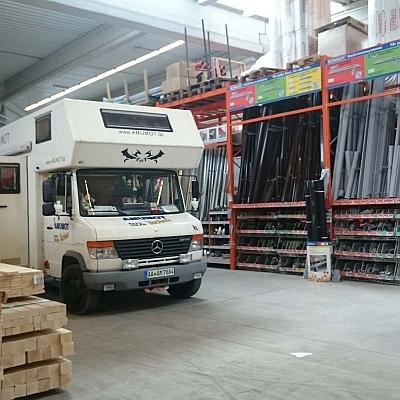 Wohnmobil mit Holzheizung im Baumarkt