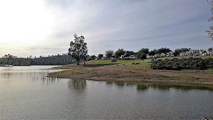 Wohnmobilstellplatz am See bei Sao Domingos Portugal